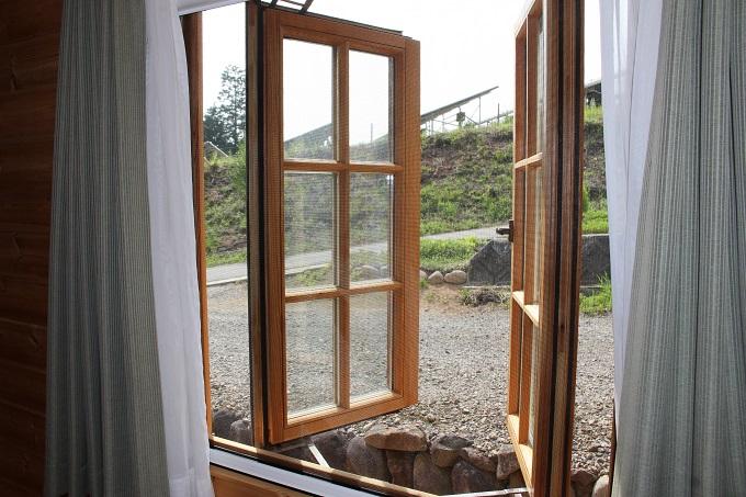 北西窓。収納式網戸あり。