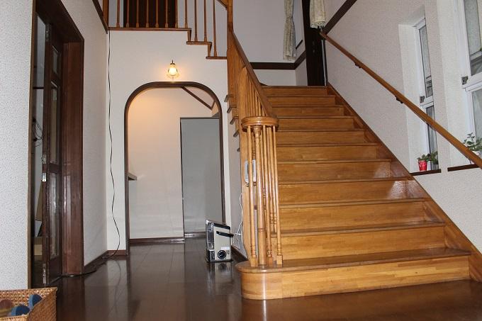 玄関から階段を撮影