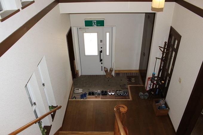 玄関(階段から撮影)