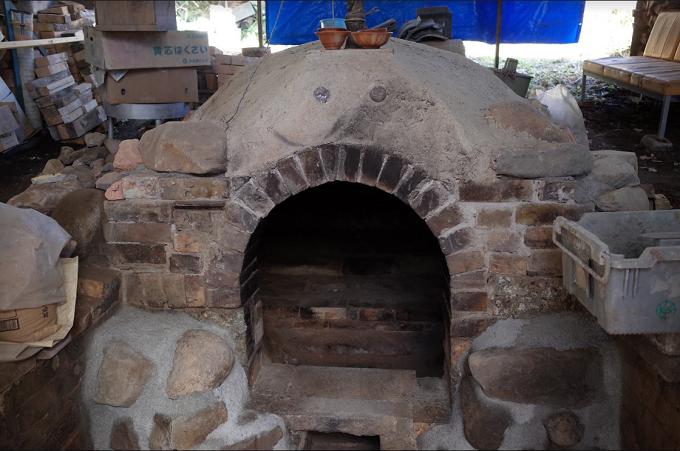 穴窯(薪で焚く窯)