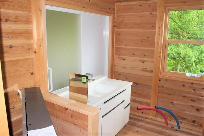 洗面台、お風呂場は2階です