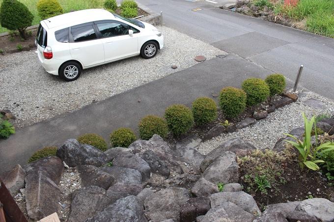 2階玄関から1階駐車場を見る